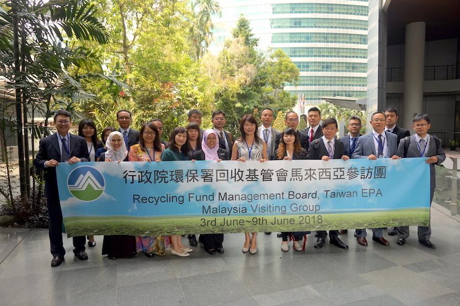 圖說:回收基管會帶領國內業者前往馬來西亞環境署 (Malaysian Department of Environment)進行交流。