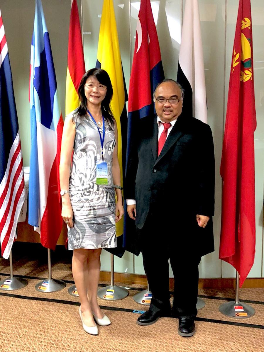 圖說:回收基管會宋副執行秘書與馬來西亞環境署署長Dr. Ahmad Kamarulnajuib Bin CheIbrahim、主掌廢棄電子回收物的有害物質部門主任Ms. Puan Azuri Azizah bte Saedon,交流分享臺灣電子廢棄物的資收經驗,獲得相當肯定。